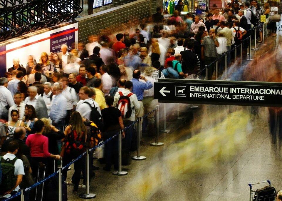 Companhias aéreas costumam cobrar caro por cancelamento de passagem