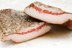 Uma variedade menos comum da pancetta é o guanciale, que não é preparado com a barriga, mas sim com as bochechas e papadas do porco