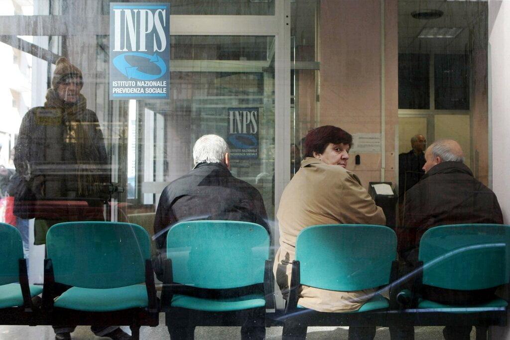Cidadãos aguardam atendimento na Previdência Social de Nápoles