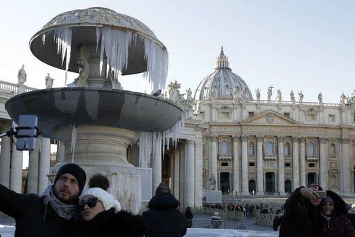 Fonte da Praça  São Pedro  no Vaticano congelou na manhã deste sábado (AP Photo/Gregorio Borgia )