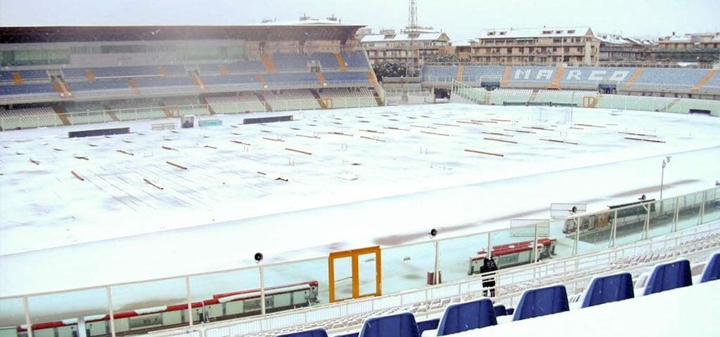 Estádio Adriático (Giovanni Cornacchia) completamente tomado pelo branco da neve.
