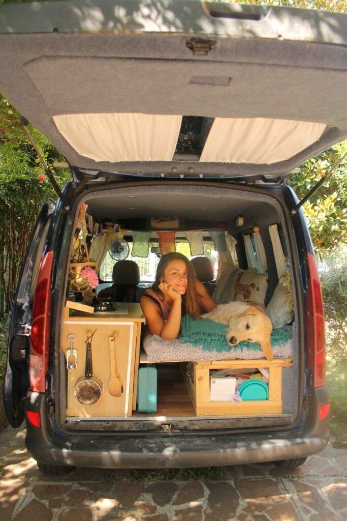 Marina Piro restaurou uma van antiga para viajar o mundo com seu cão