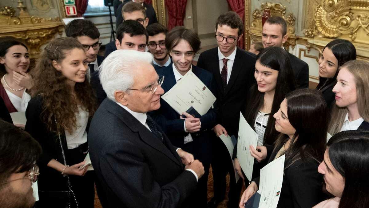 Presidente Matarella entrega prêmio para jovens