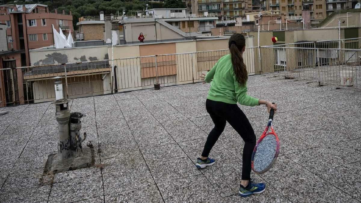 Ligúria – Meninas jogam tênis de um telhado para o outro na Itália