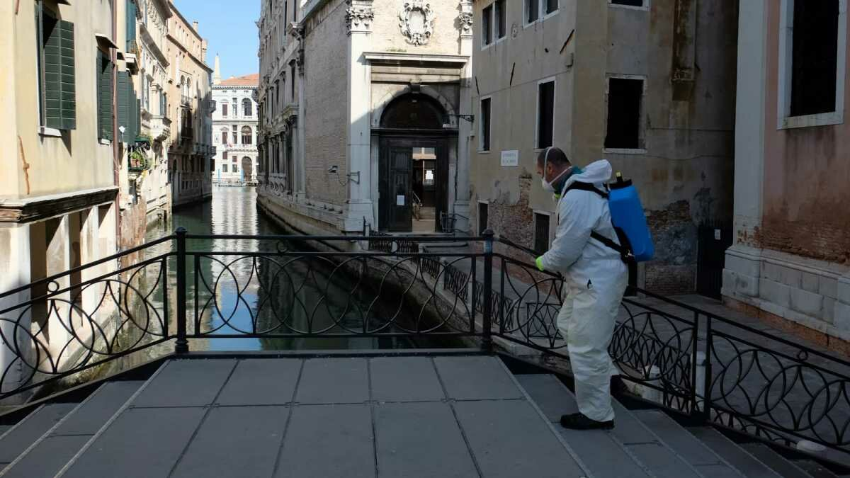 Veneza, na Itália, começa a retomar atividades após fechamento total por pandemia de novo coronavírus