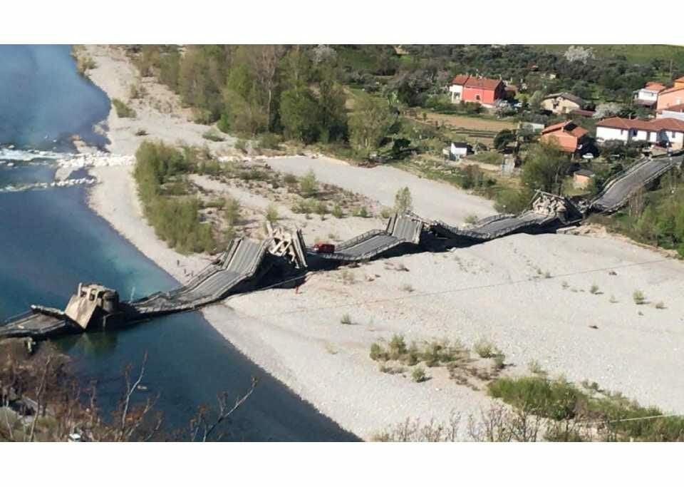Ponte desaba na região da Toscana, na Itália