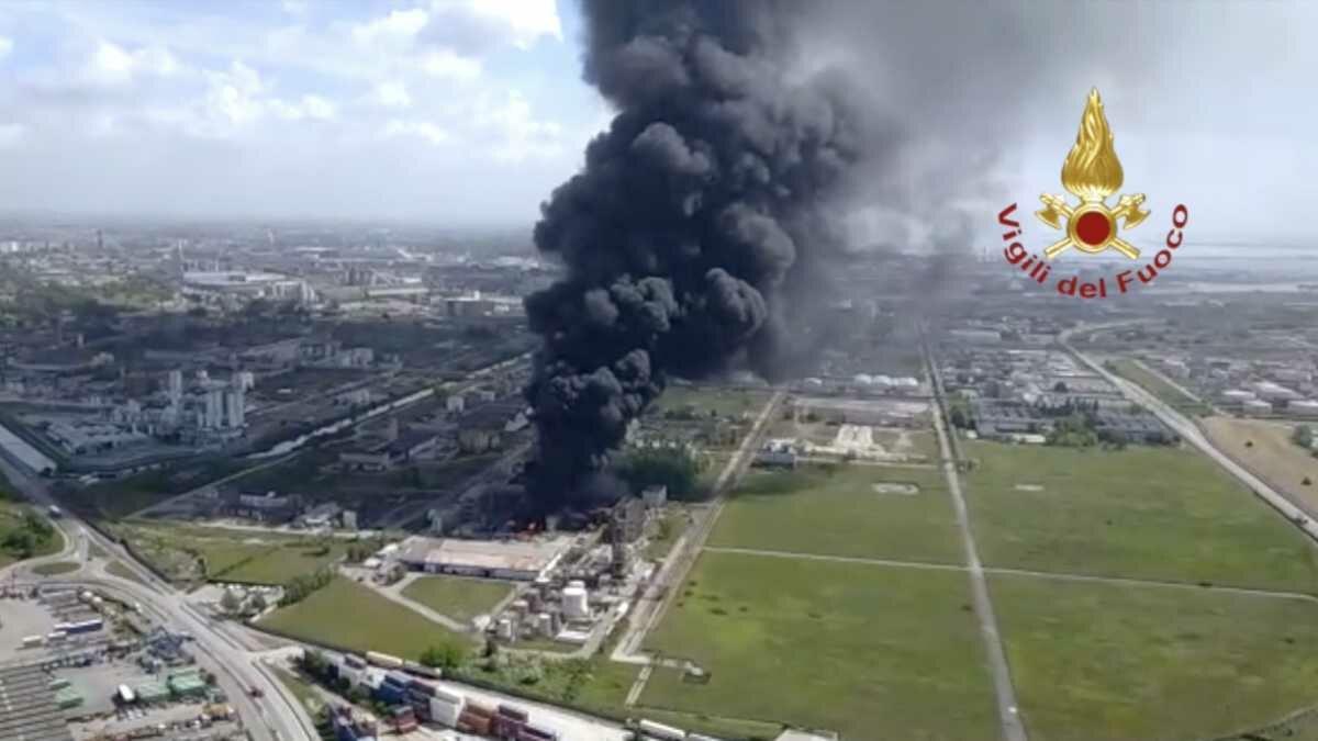 Explosão seguida de incêndio em complexo industrial químico de Veneza
