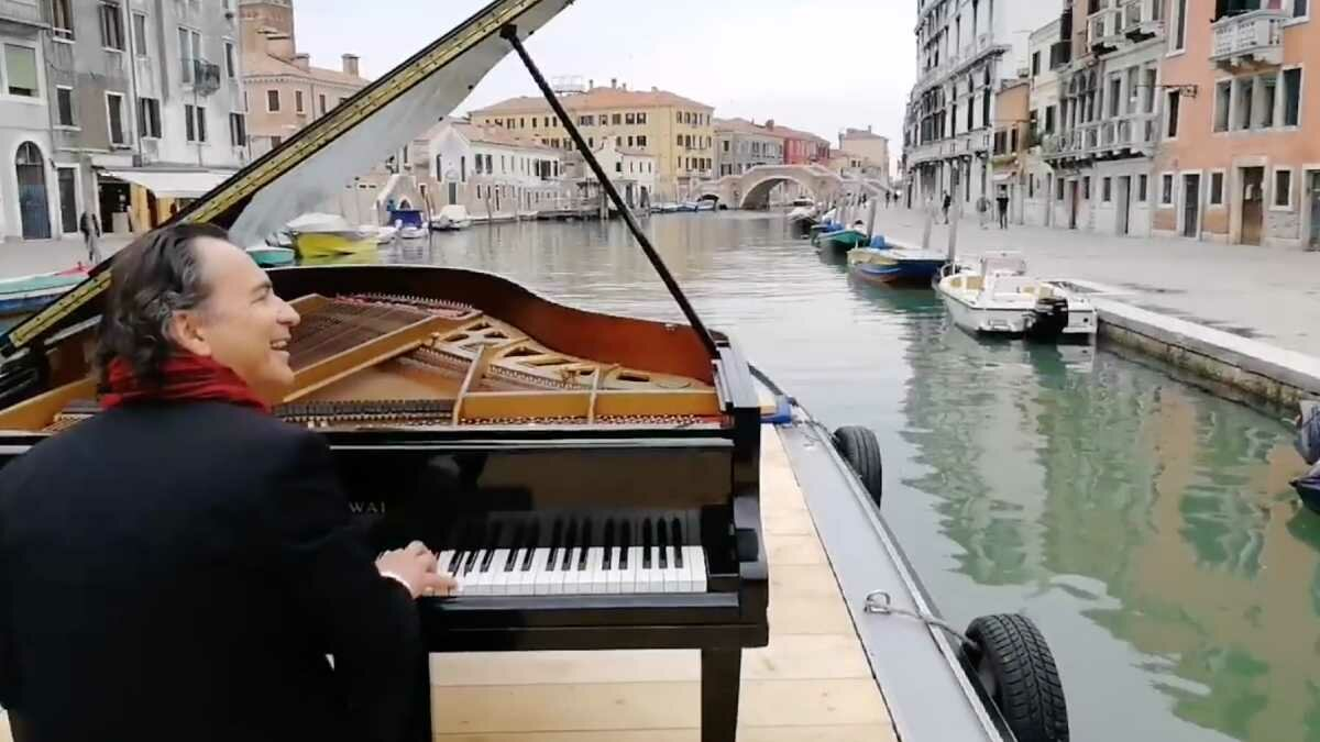 Paolo Zanarella toca no Grande Canal de Veneza