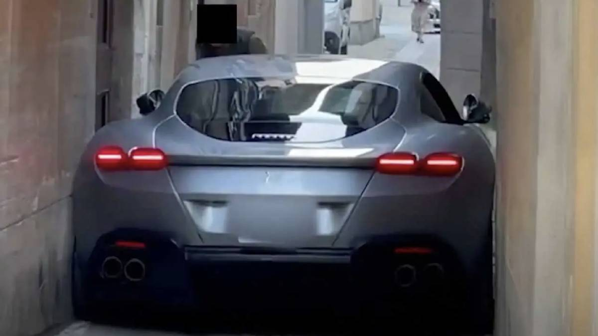 Ferrari rua estreita